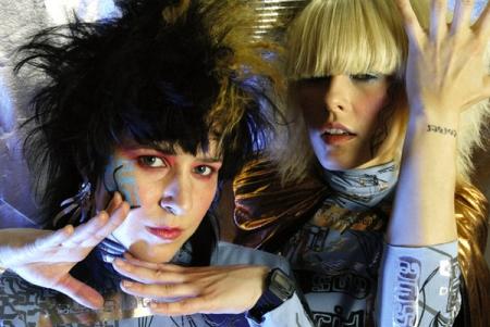 Groupe musical aime les robots sexuels